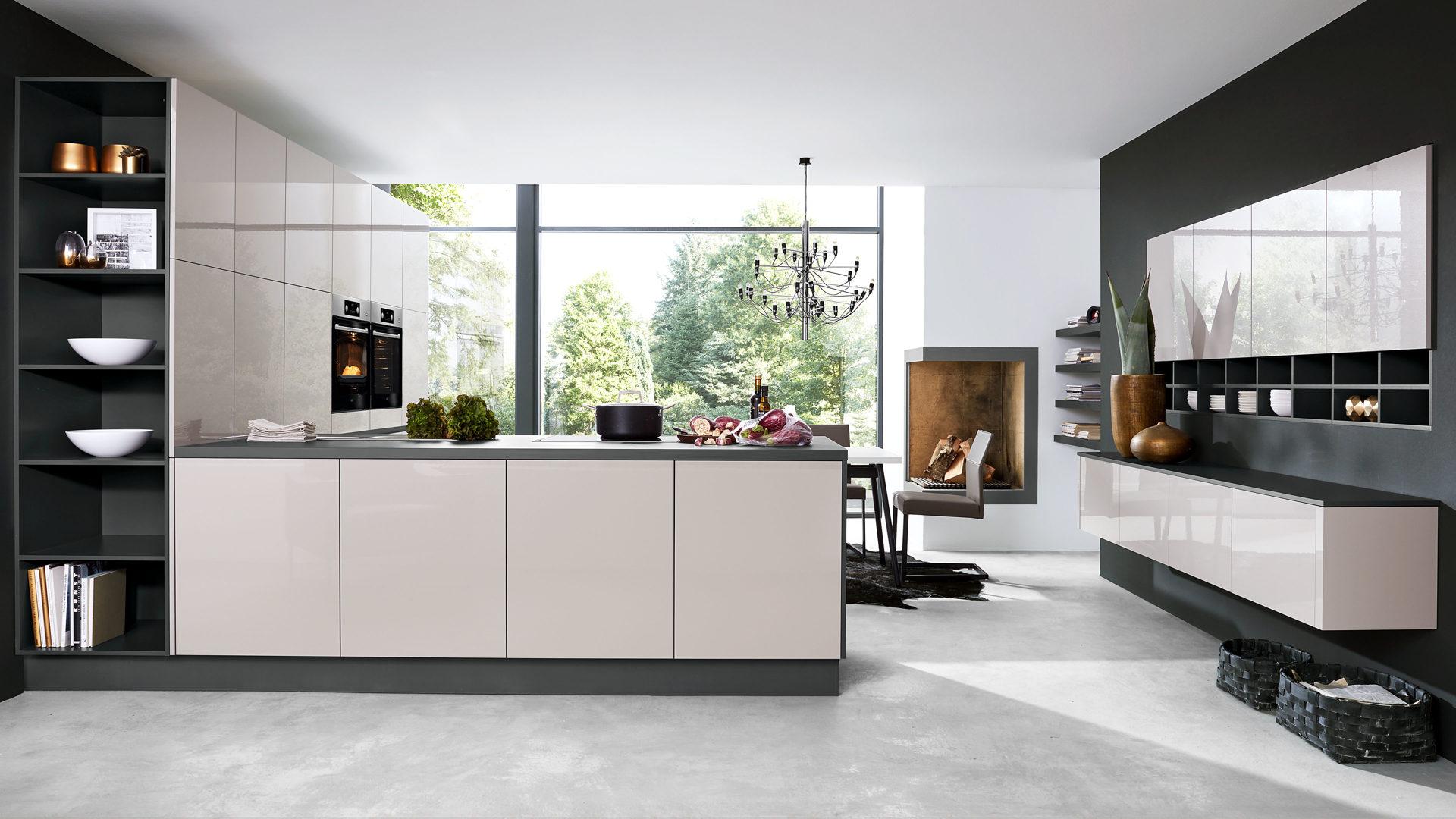 Culineo Küche mit AEG Einbaugeräten, seidengraue Fronten & onyxgraue  Kunststoffoberflächen, onxygraue Arbeitsplatten
