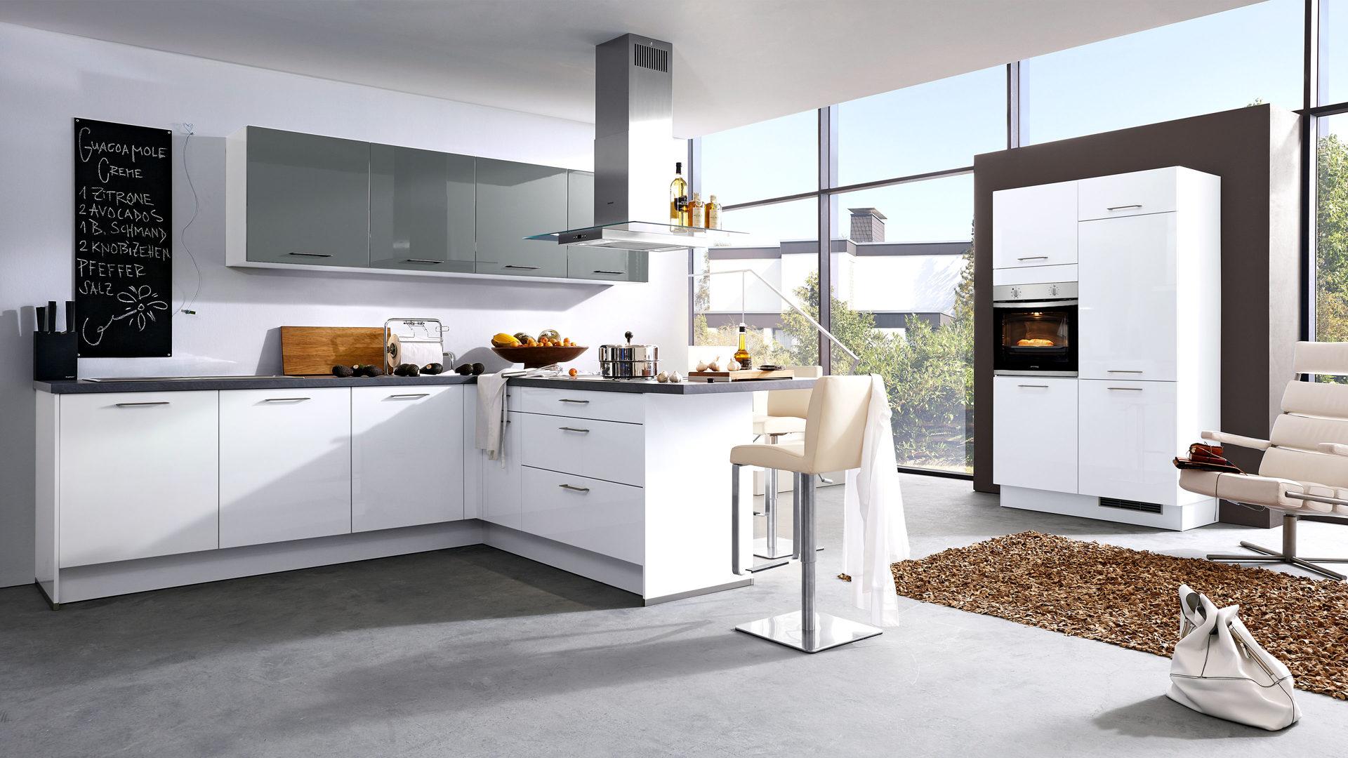 Culineo Küche mit privileg Einbaugeräten, schneeweiße & onyxgraue Fronten,  onyxgraue Arbeitsplatten