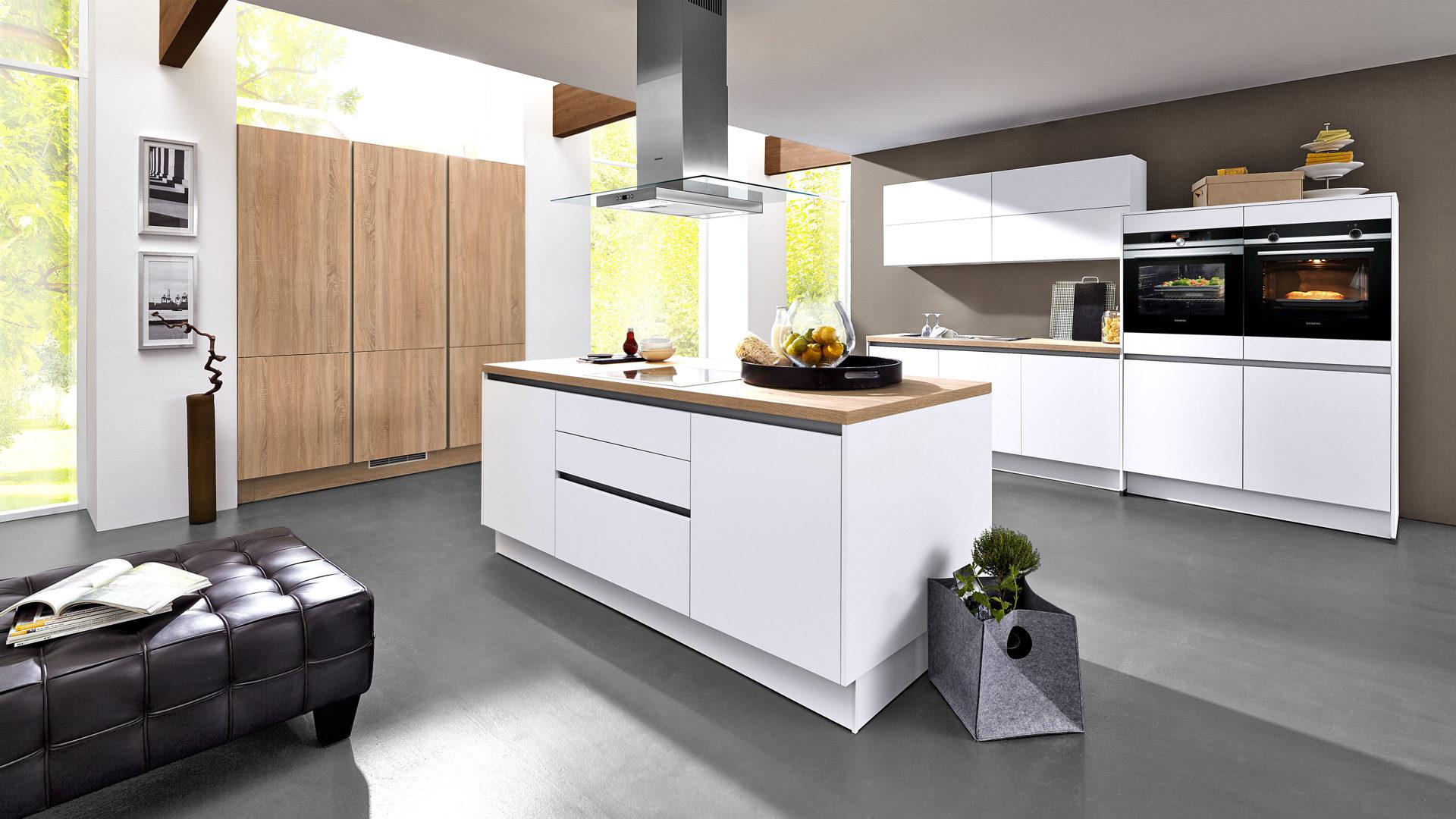 Culineo L-Küche mit SIEMENS Einbaugeräten, schneeweiße & Astoria  eichefarbene Kunststoffoberflächen, Astoria eichefarbene Ar