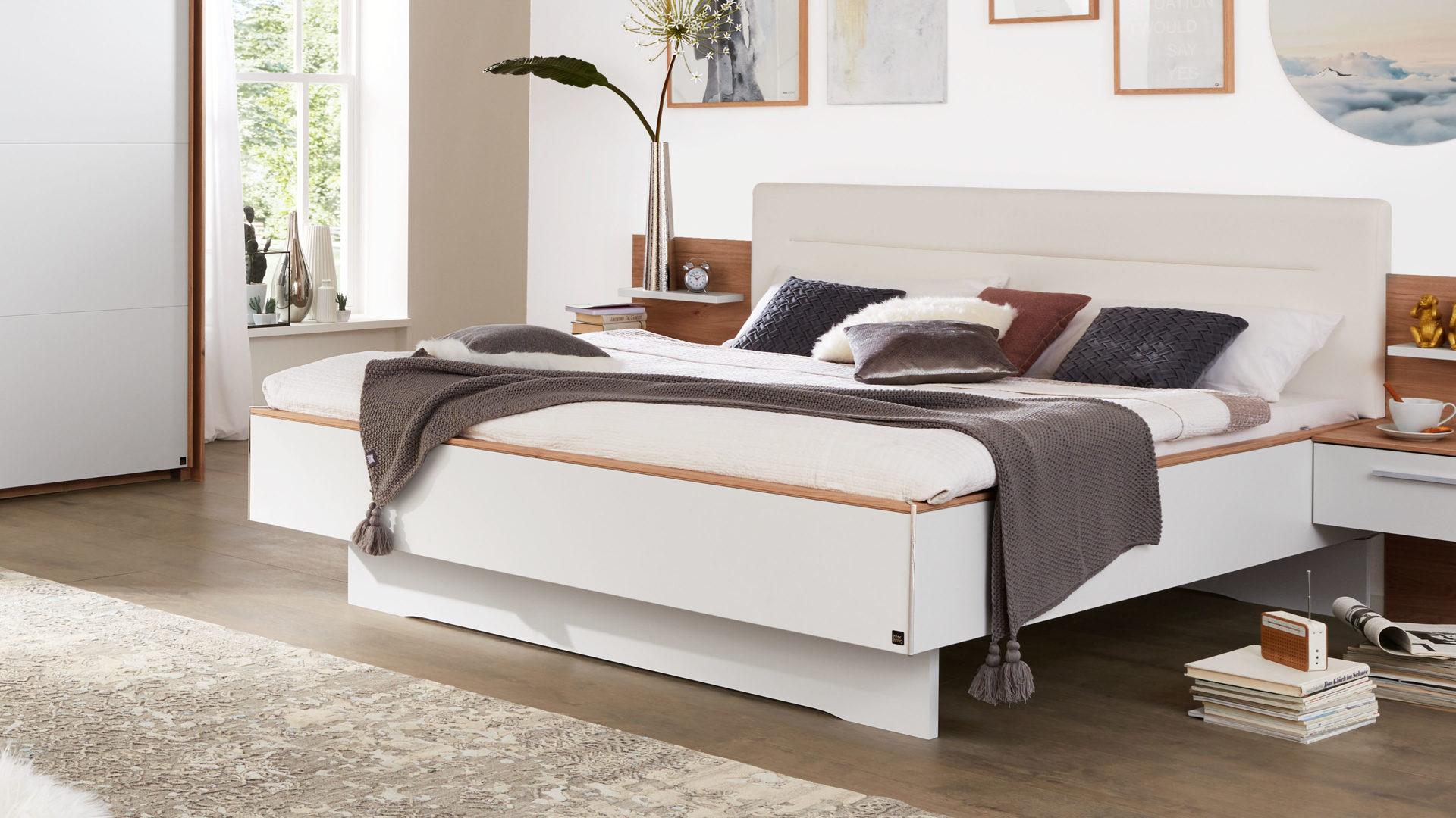 Interliving Schlafzimmer Serie 1011 – Doppelbettgestell, Jackson  hickoryfarbene & weiße Kunststoffoberflächen – Liegefläc