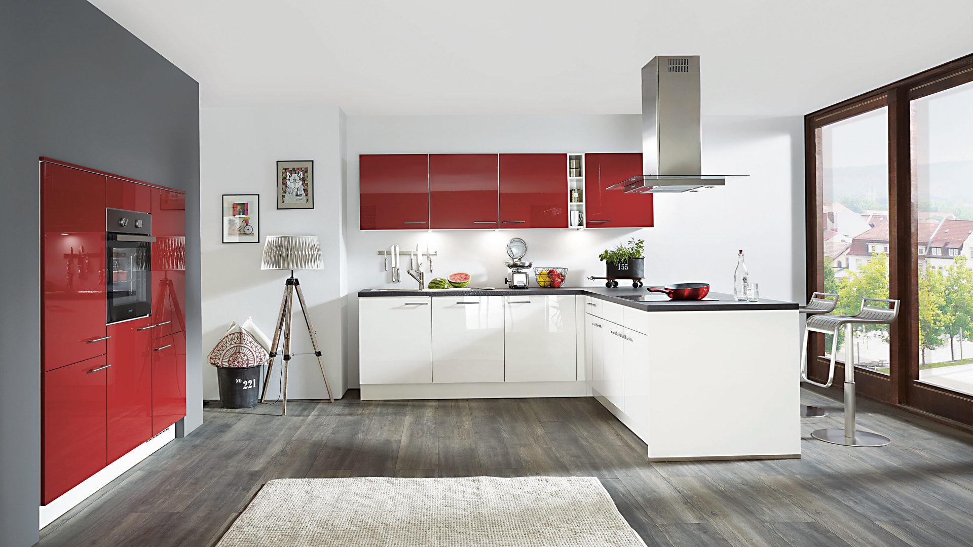 Einbauküche mit gorenje-Elektrogeräten, weiß lackierte Hochglanz ...