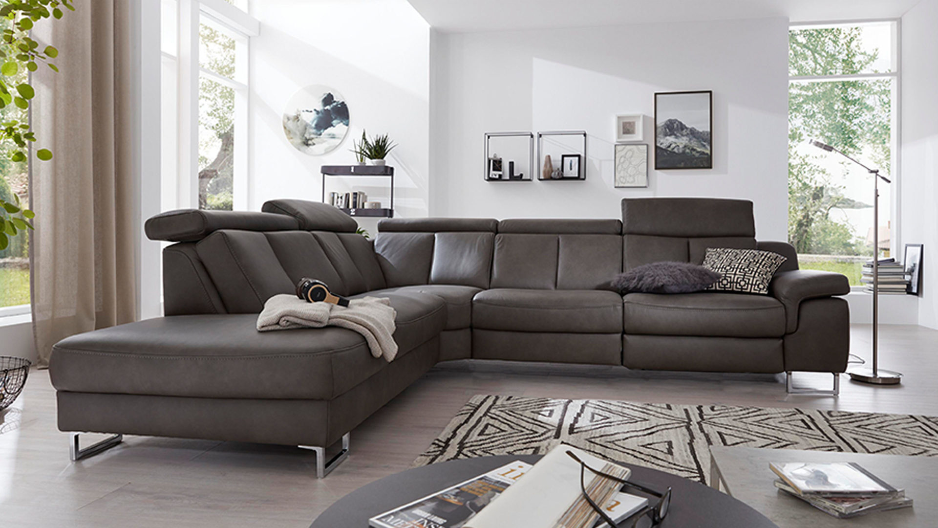 Ecksofa Interliving aus Leder in Grau Interliving Sofa Serie 4050 – Eckkombination graues LongLife-Leder Cloudy Grey & Chromfüße – Schenkelmaß ca. 261 x 300 cm