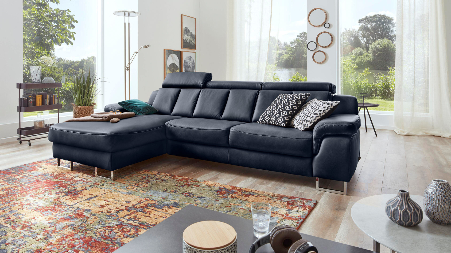 Ecksofa Interliving aus Leder in Blau Interliving Sofa Serie 4050 – Eckkombination nachtblaues LongLife-Leder Cloudy & Chromfüße – Schenkelmaß ca. 177 x 289 cm