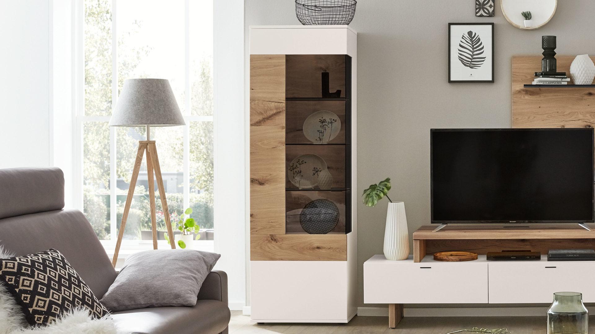 Interliving Wohnzimmer Serie 20 – Vitrine, weiße Lackoberflächen &  Balkeneiche – eine Tür