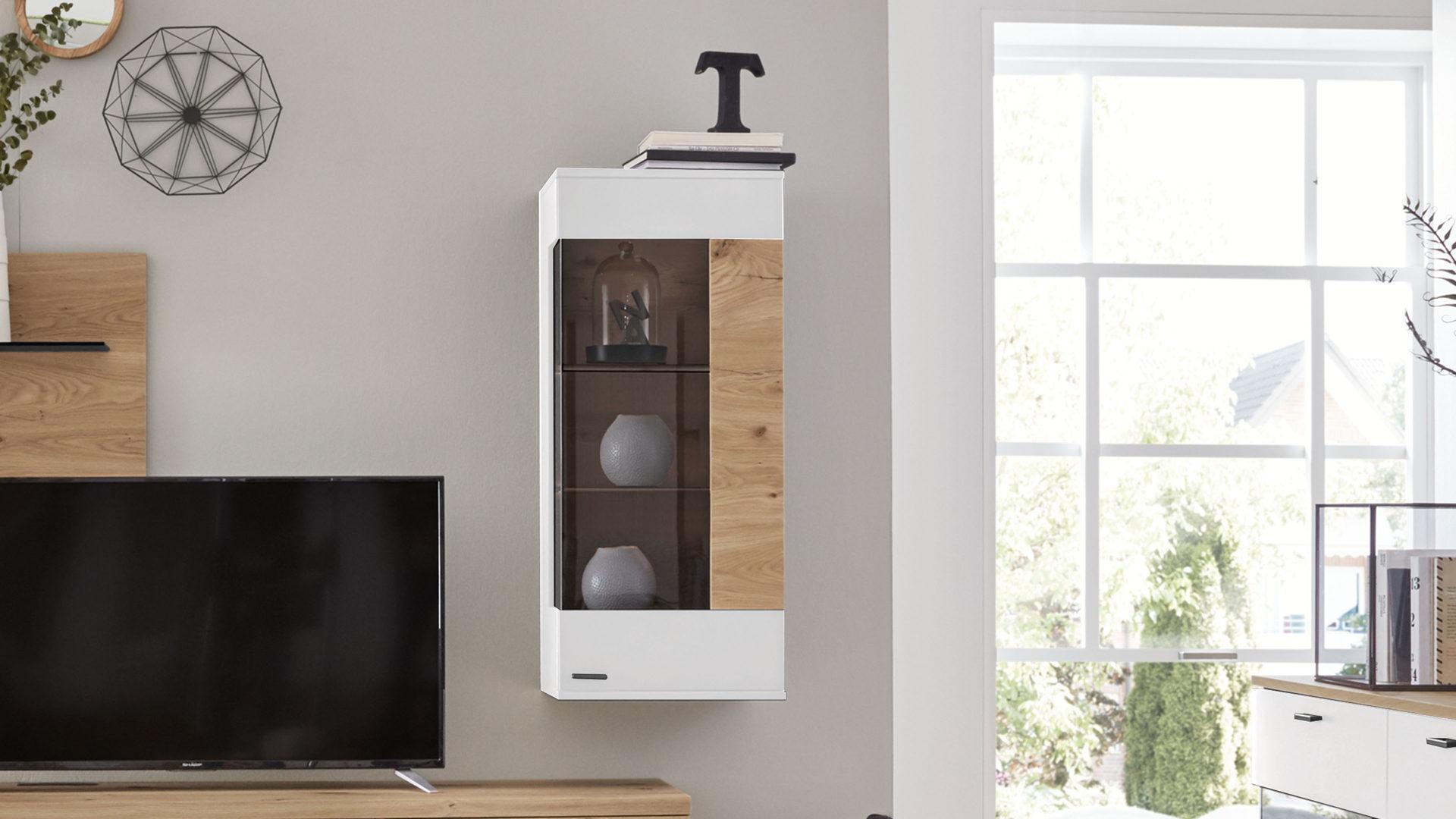 Interliving Wohnzimmer Serie 15 – Hängevitrine, weiße Lackoberflächen &  Balkeneiche – eine Tür